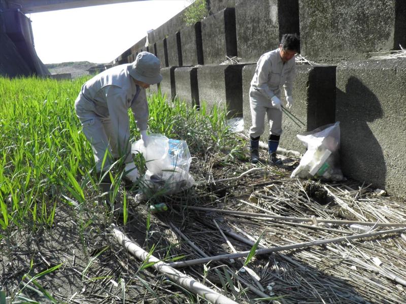 仁淀川河口大橋付近での清掃の様子